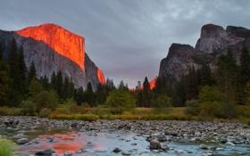 Картинка небо, деревья, закат, горы, река, камни, скалы