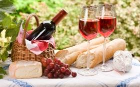 Обои листья, вино, корзина, сыр, бокалы, виноград, гроздь