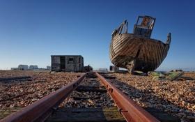 Обои корабль, рельсы, остов, ржавчина, сарай, железная дорога, разруха