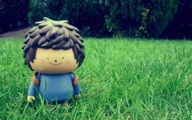 Обои трава, улыбка, настроение, игрушка, кукла