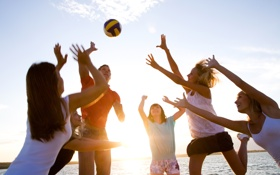Картинка море, радость, девушки, игра, мяч, парень
