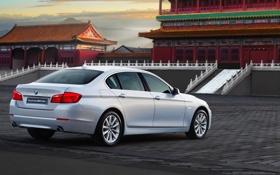 Обои Восток, BMW, Машина, Серебро, Брусчатка, Здание, Седан