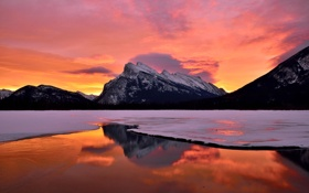 Картинка зима, снег, закат, озеро, гора