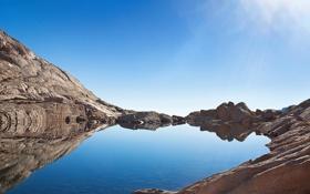 Картинка небо, лучи, свет, горы, озеро, отражение, камни