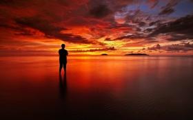 Обои облака, закат, озеро, отражение, зеркало, мужчина, оранжевое небо