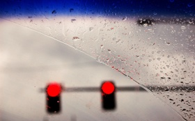 Обои капли, дождь, машина, лобовое стекло, светофор, красный свет