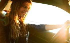 Картинка автомобиль, улыбка, солнце, блондинка, девушка, лучи