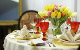 Обои цветы, бокалы, тюльпаны, тарелки, столик, вилки, сервировка