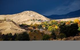 Картинка осень, небо, деревья, поселок, дома, склон, горы