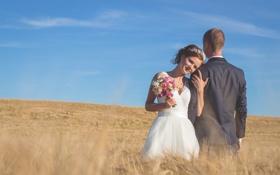 Обои пшеница, поле, небо, облака, улыбка, женщина, букет