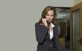 Обои взгляд, девушка, стена, дверь, телефон, сериал, босс