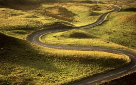 Обои дорога, трава, лучи, поля