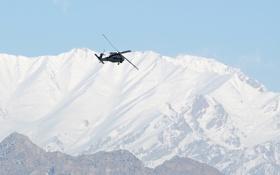 Картинка полет, горы, вертолёт, многоцелевой, UH-60, Black Hawk, «Чёрный ястреб»