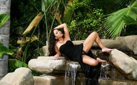 Картинка природа, пальмы, водопад, платье, ножки, азиатка, красотка