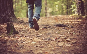 Обои осень, листья, ноги, обувь, джинсы