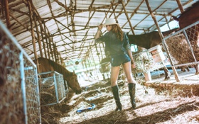 Обои конюшня, девушка, джинсы, ножки, лицо, сапоги, стиль