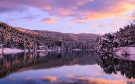 Обои зима, лес, озеро, дом, рассвет