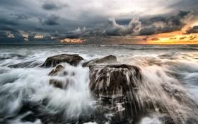 Обои море, волны, вода, облака, скалы, всплеск, вечер