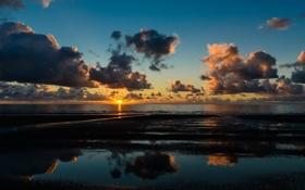 Обои море, пляж, небо, солнце, облака, берег, штиль