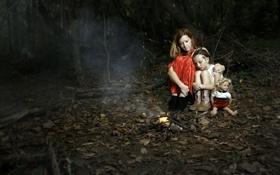 Обои лес, ночь, ситуация, девочка, костёр, мать, заблудились
