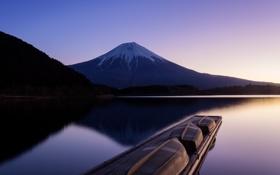 Картинка озеро, рассвет, пристань, гора, лодки, сумерки