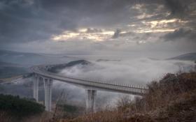 Картинка машины, тучи, мост, туман