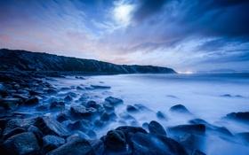 Картинка море, облака, ночь, огни, камни, луна, берег