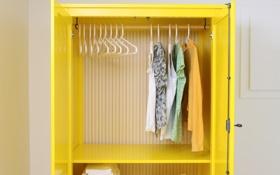Обои желтый, вещи, шкаф, вешалки, гардероб