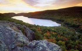 Картинка закат, горизонт, камень, речка, озеро, скала, lake