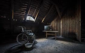 Обои телевизор, коляска, чердак