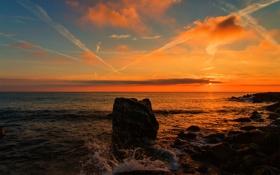 Обои море, закат, брызги, камни, горизонт, булыжники