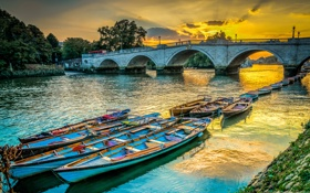 Обои закат, облака, река, деревья, небо, мост, лодки