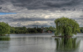 Обои небо, облака, деревья, река, пасмурно, берег, дома