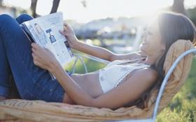 Обои девушка, солнце, улыбка, журнал