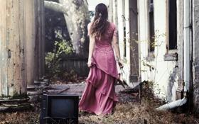 Картинка девушка, дом, телевизор