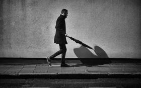 Обои зонтик, стены, тень, мужчина, тротуар, ходьба, городской