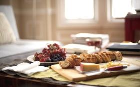 Обои стол, диван, утро, сыр, окно, клубника, хлеб