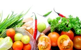 Обои лук, красный перец, тарелки, чеснок, овощи, зелень, помидоры