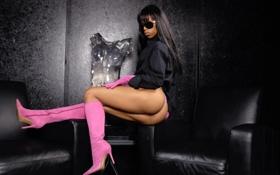 Картинка кресло, очки, перчатки, мулатка, розовые, сапожки
