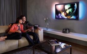 Обои улыбка, диван, кино, пара, пульт, Телевизор, ваза