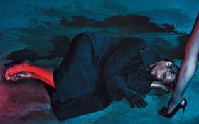 Обои девушка, босиком, актер, лежит, ножка, перчатка, пальто