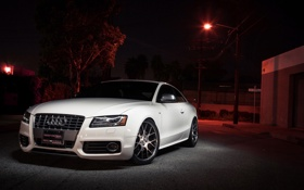 Обои белый, ночь, Audi, тюнинг, купе, гараж, фонарь