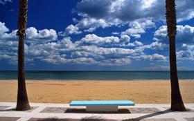 Картинка песок, облака, скамейка, лавочка, море, пальмы, солнечно