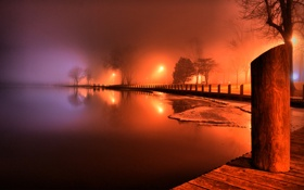 Обои деревья, огни, туман, озеро, доски, столб, вечер