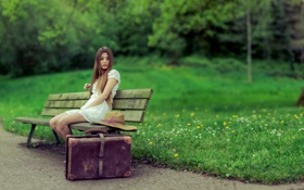 Картинка чемодан, девушка, парк, скамья