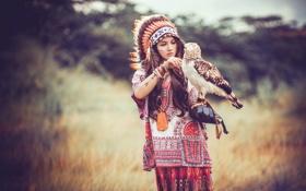 Картинка девушка, природа, перья, сокол, головной убор