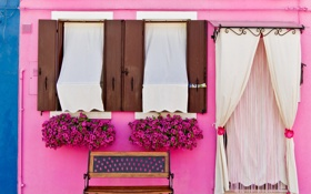Обои цветы, скамейка, дом, стена, улица, розовая, фасад