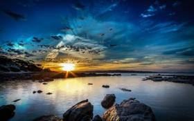 Картинка закат, камни, небо, солнце, вода, побережье, рассвет