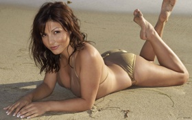 Картинка песок, пляж, попа, купальник, лежит, взгляд