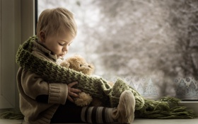 Картинка мальчик, окно, игрушка